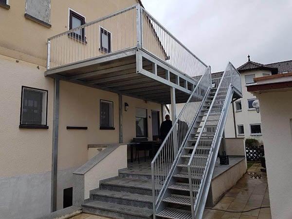 Vorstell-Balkon mit Treppe