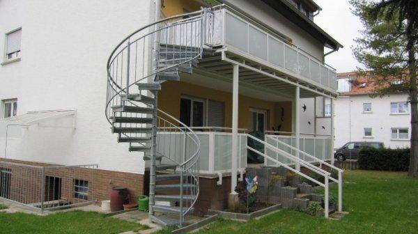 Terrassengeländer und Balkon mit Aussentreppe