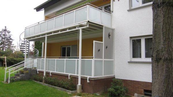 Terrassengeländer und Balkon