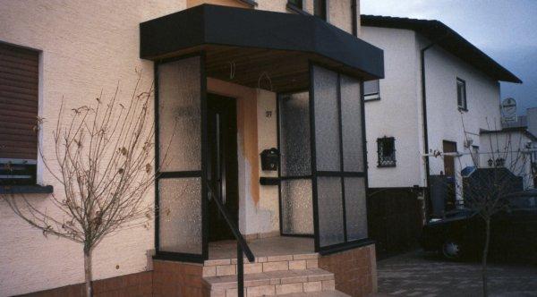Vordach Eingangsbereich mit Windschutz